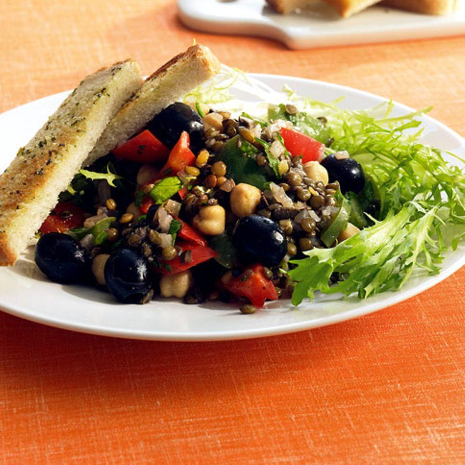 Linsensalat mit Paprika und Oliven