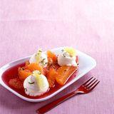 Frischkäsenocken auf Zitrussalat