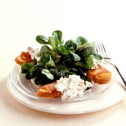 Salat mit Walnuss-Hüttenkäse und Bacon-Crostini