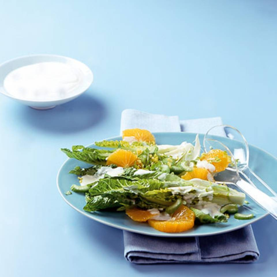 Römersalat mit Joghurt-Orangen-Dressing Rezept