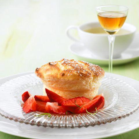 Topfen-Soufflé mit marinierten Erdbeeren