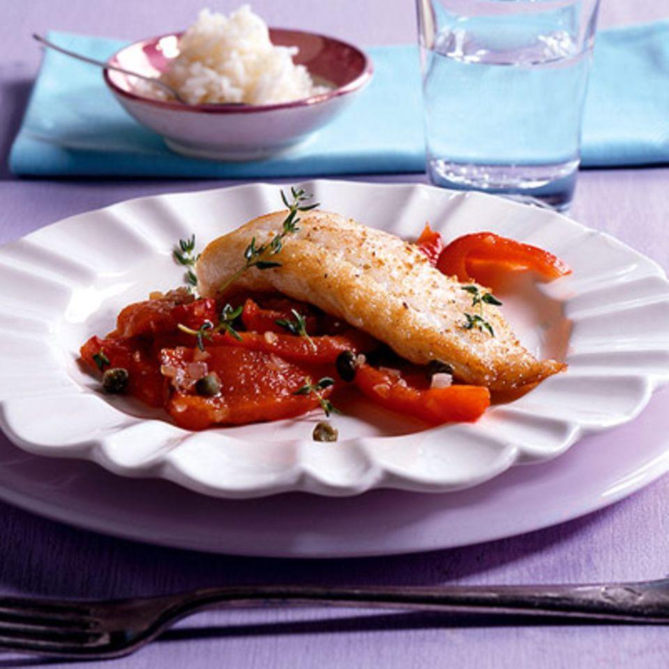 Gebratenes Steinbuttfilet mit Paprika-Kapern-Gemüse