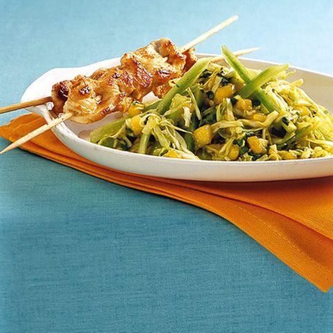 Exotischer Salat mit Hähnchenspieß