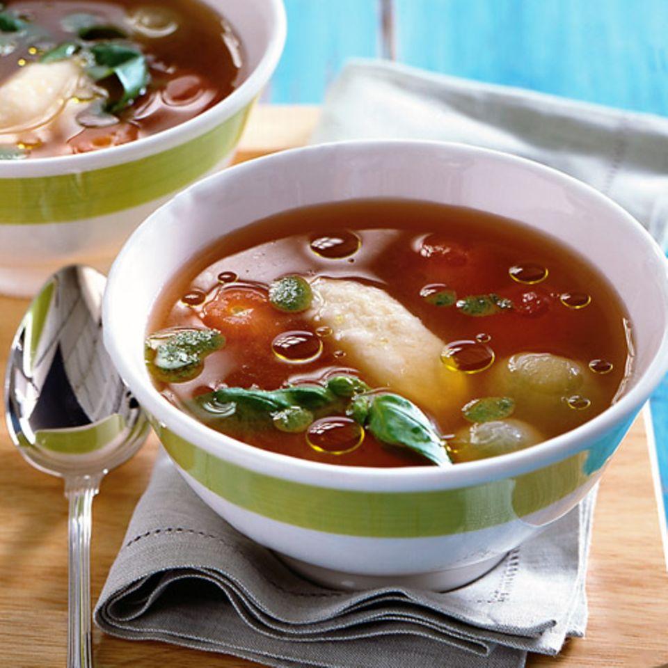 Kalte Tomatenessenz mit Grießnocken