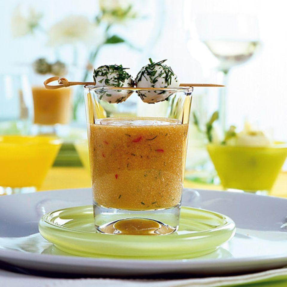 Scharfer Aprikosendrink mit Mozzarella-Spießen