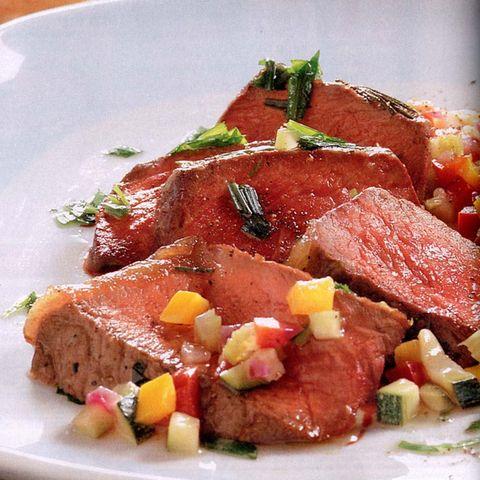 Rumpsteaks auf dem Salzbett mit Salat