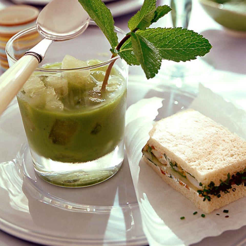 Geeiste Erbsensuppe mit Gurkensandwich