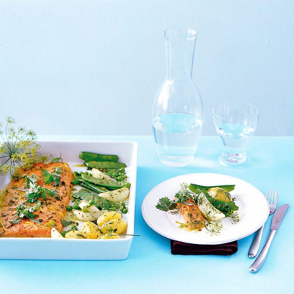 Gekräuterter Lachs mit jungem Gemüse