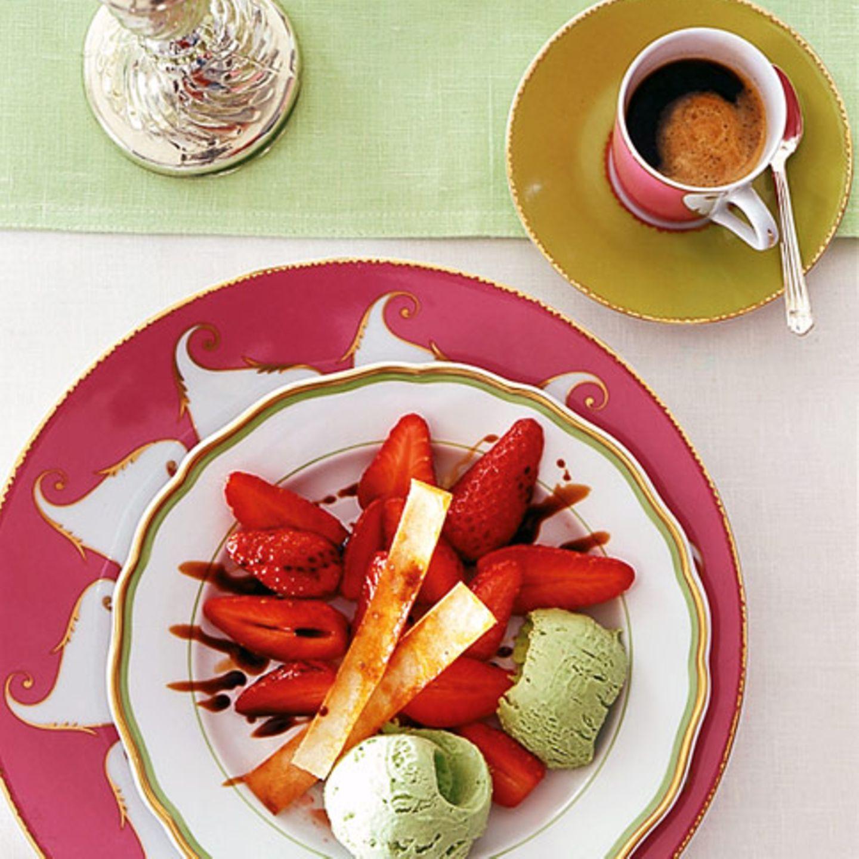 Basilikumeis mit Balsamico-Erdbeeren