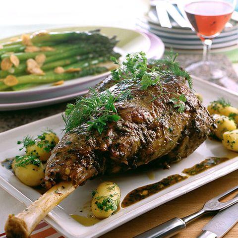 Kräuter-Lammkeule mit grünem Spargel