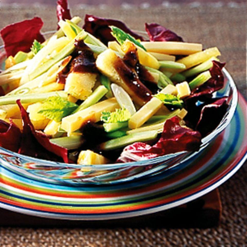 Käse-Ananas-Salat mit Pflaumensauce