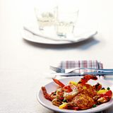 Paella-Bratlinge mit Muschel-Garnelen-Ragout