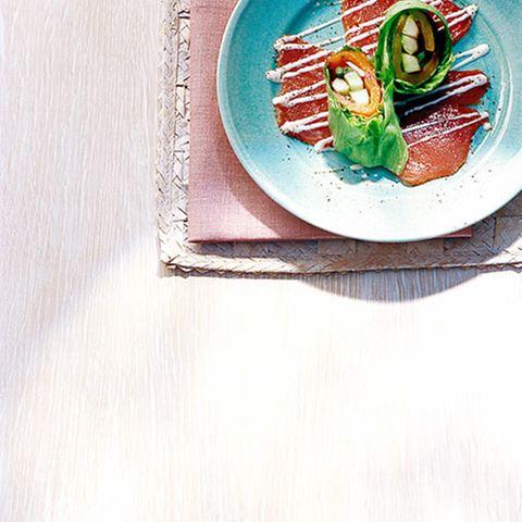 Salat-Gemüse-Röllchen auf Thunfisch-Carpaccio