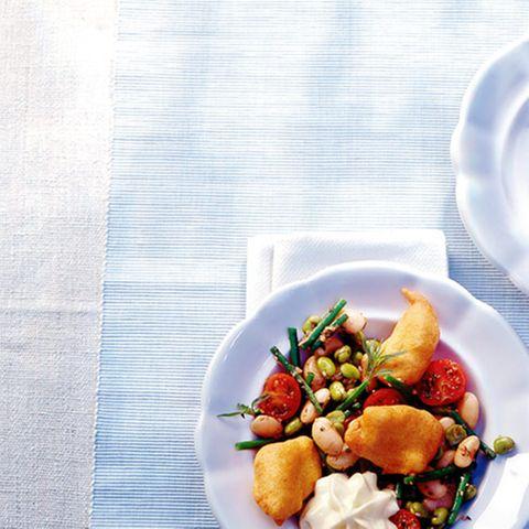 Kabeljau-Beignets mit Bohnensalat