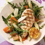 Huhn auf Spargel-Möhren-Salat