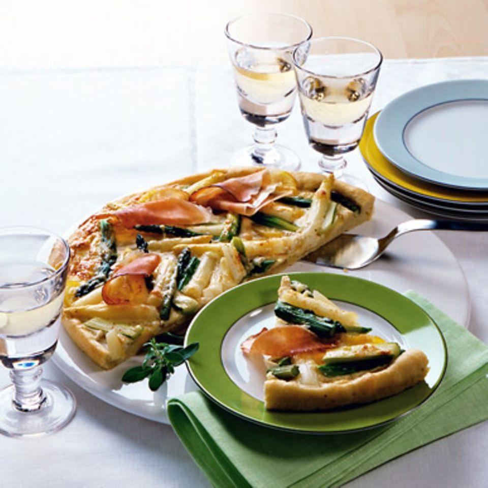Spargelpizza mit Kartoffeln und Schinken