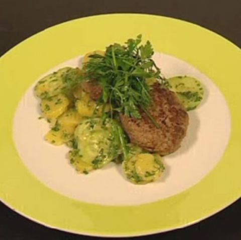 Tatar-Buletten auf Kartoffel-Gurken-Salat