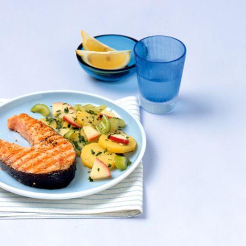 Gegrillte Lachskoteletts mit Kartoffelsalat