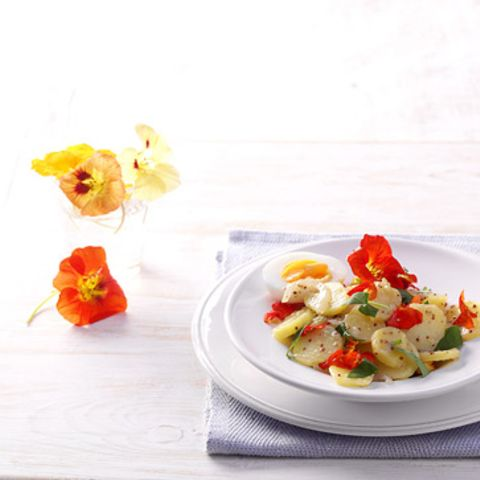 Kartoffelsalat mit Kapuzinerkresse