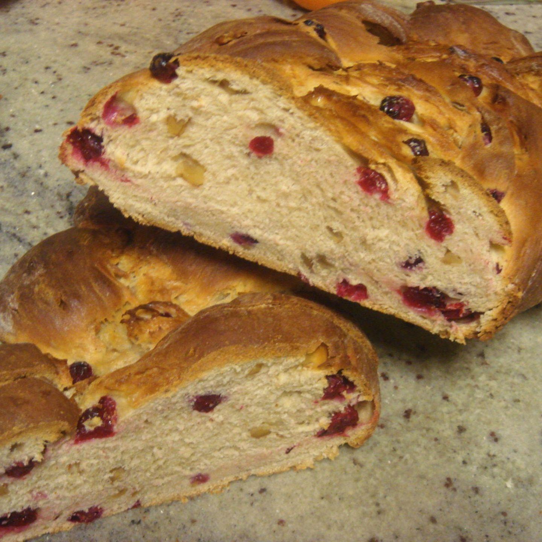 Hefezopf mit Cranberries und Walnüssen