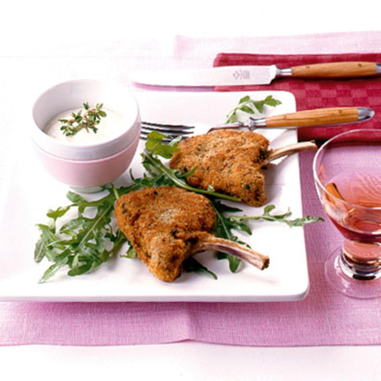 Panierte Lammstiel-Koteletts mit Knoblauchcreme