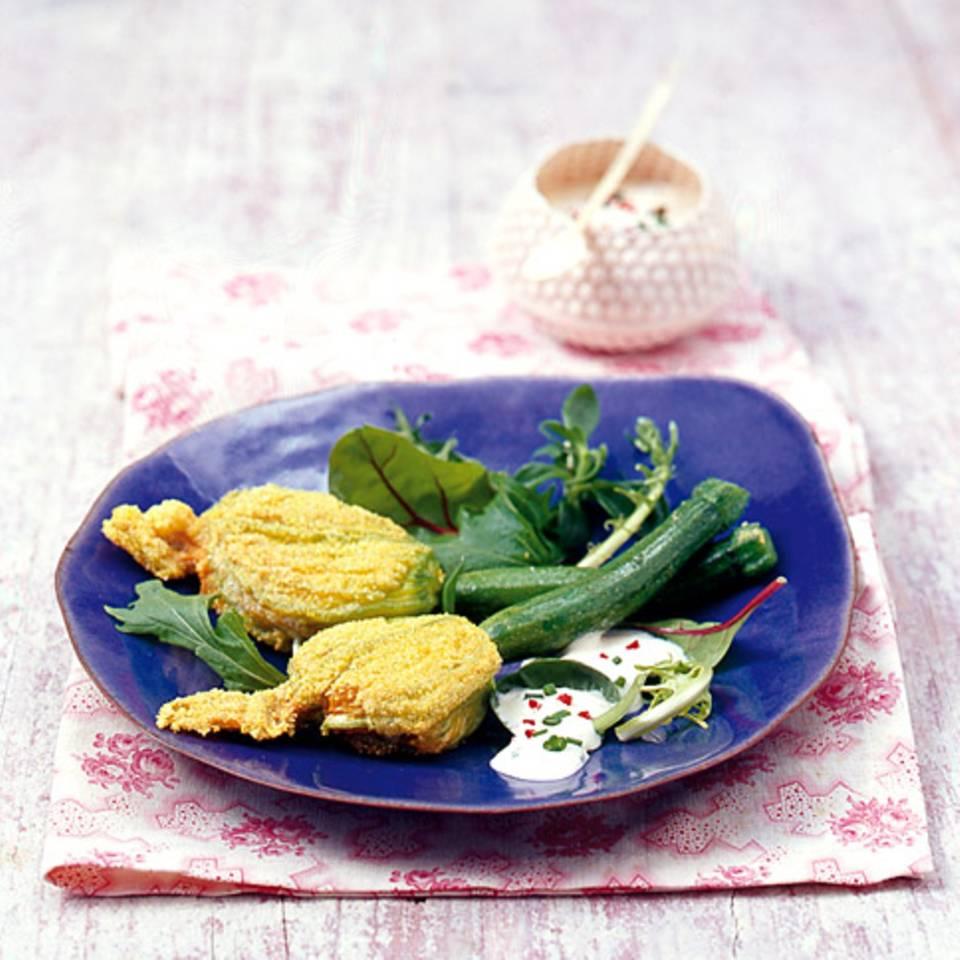 Gefüllte Zucchiniblüten auf Wildkräutersalat Rezept