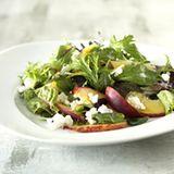Mesclun-Salat mit Pfirsichspalten
