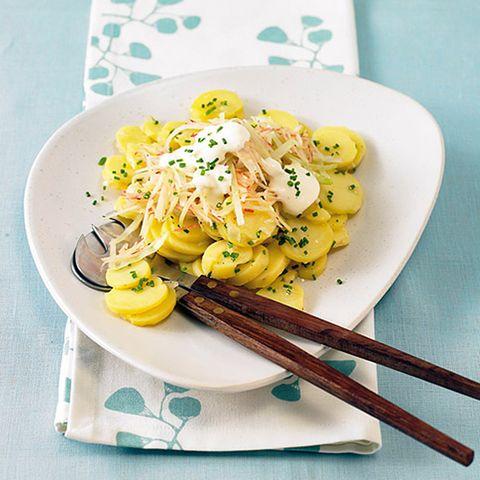 Kartoffelsalat mit Weißkohl-Apfelstreifen