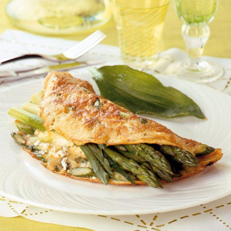 Omelett mit grünem Spargel und Schafskäse