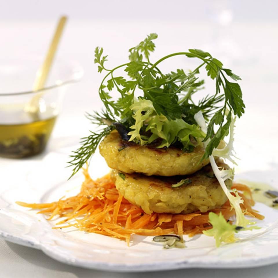 Kräutersalat mit Kartoffelplätzchen Rezept