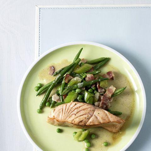Junges Gemüse mit Lachs