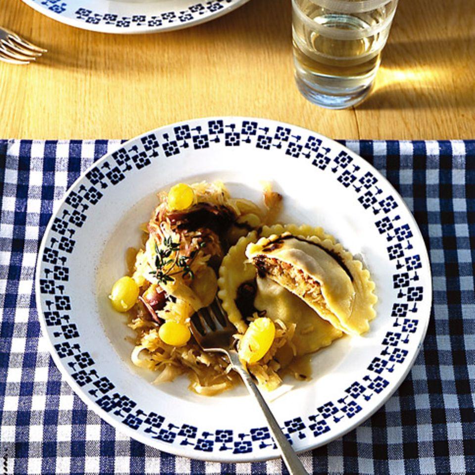Ravioloni mit Sauerkraut und Leberwurst