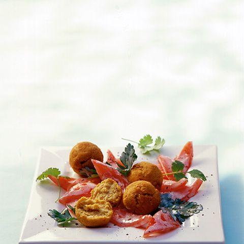 Gebratene Kichererbsenbällchen mit Tomaten-Petersilien-Salat