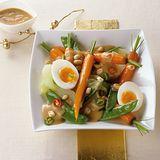 Gemüseplatte mit Erdnuss-Sauce