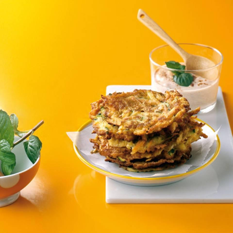 Möhren-Minz-Puffer mit Zimtjoghurt Rezept