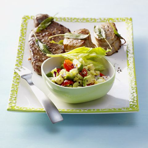 Avocado-Tomaten-Salat mit Steaks