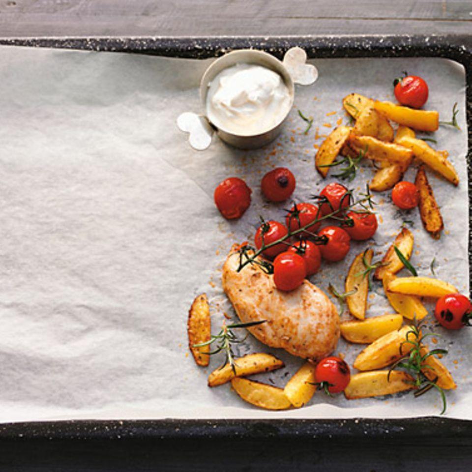 Röstkartoffeln und Hühnchen aus dem Ofen