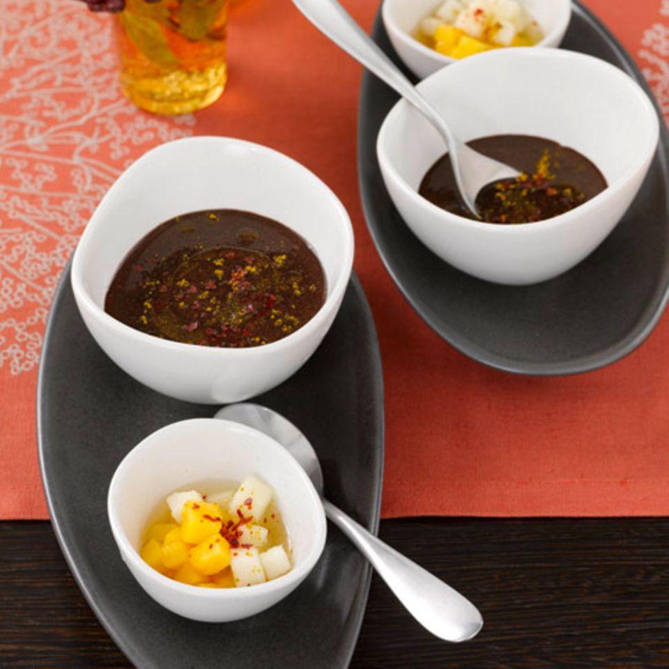 Schokosuppe mit Mango, Birne und Curry