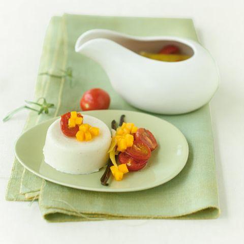 Kokos-Panna-cotta mit süßen Tomaten