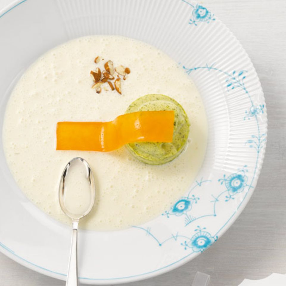 Kalte Mandelsuppe mit Orangengelee