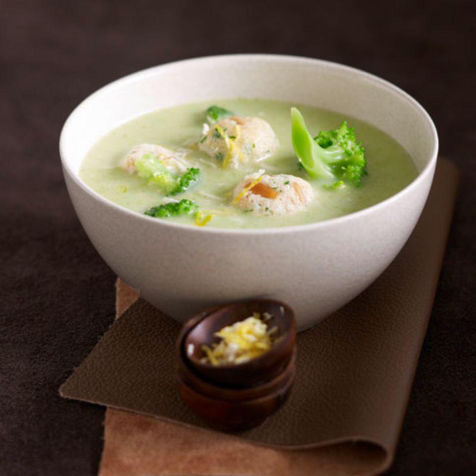 Brokkolicremesuppe mit Käseklößchen