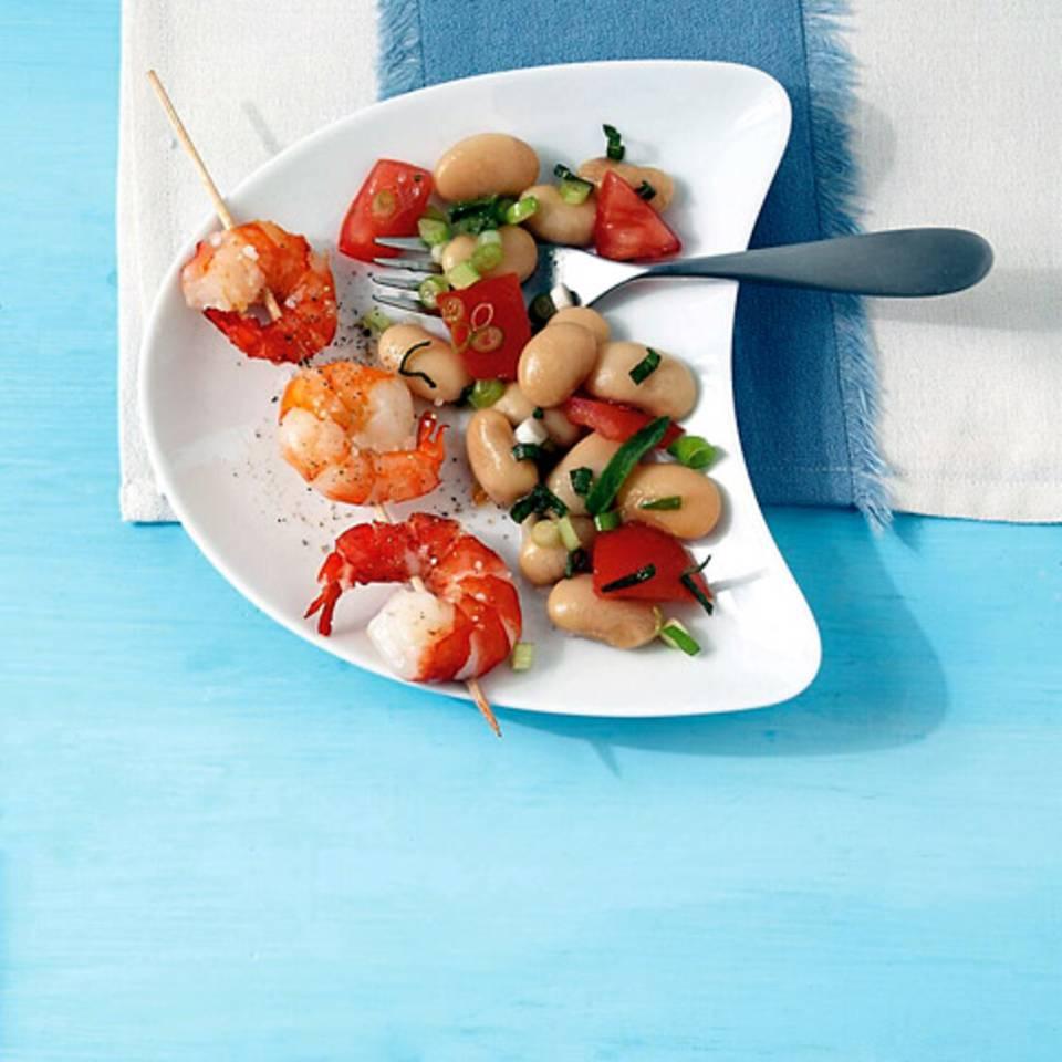 Bohnen-Tomaten-Salat mit Garnelenspießen Rezept