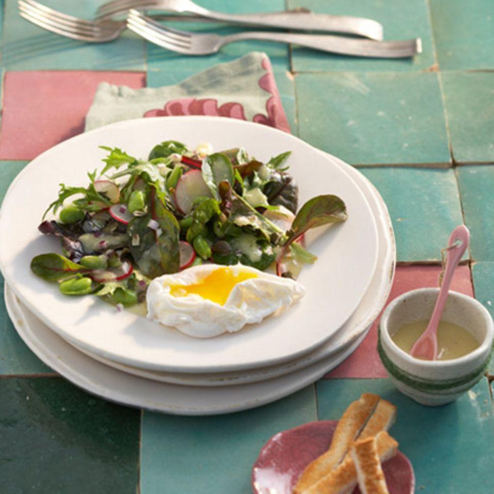 Mesclun-Salat mit pochierten Eiern