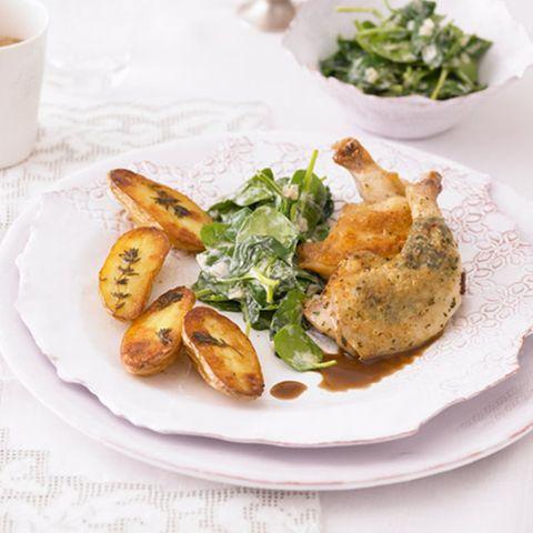 Stubenküken mit Backkartoffeln und Spinat