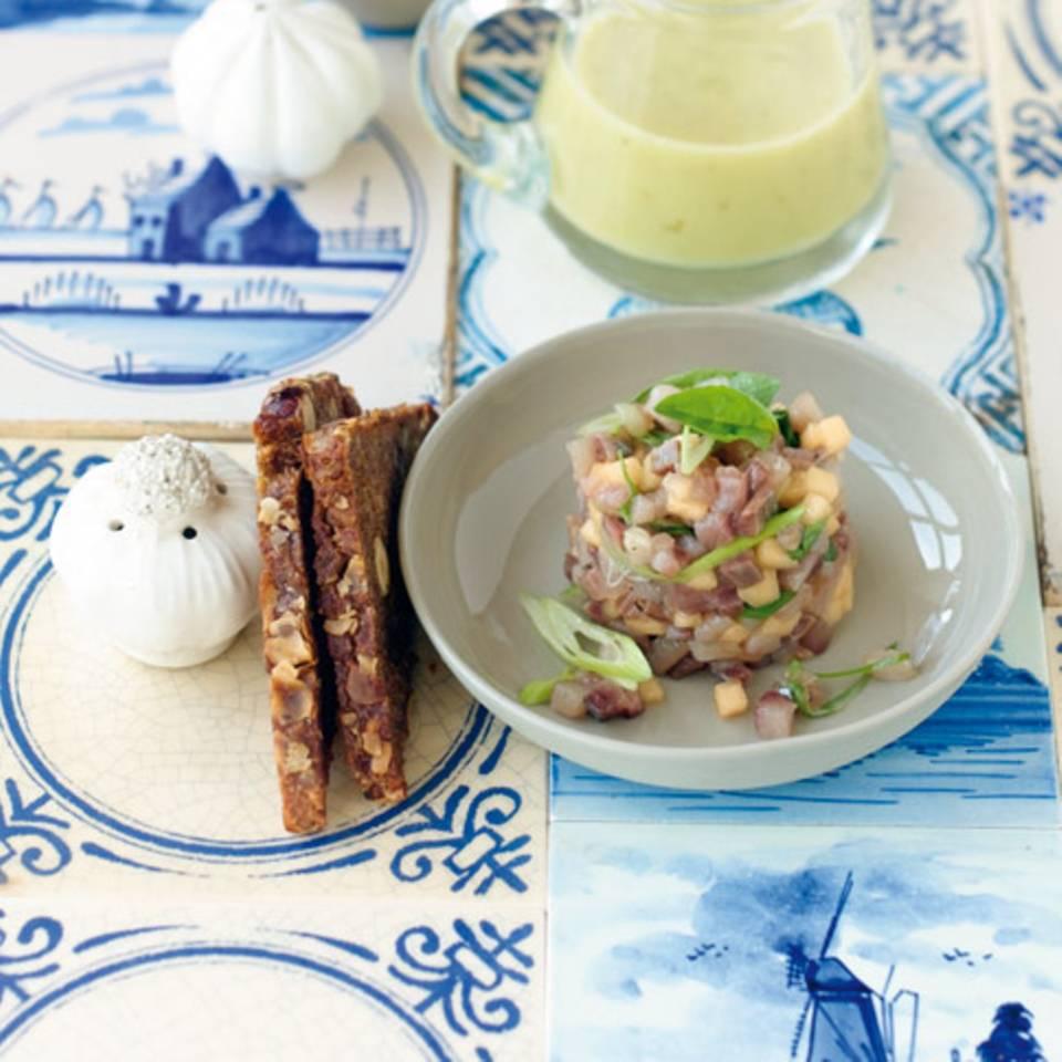 Matjes-Melonen-Tatar mit Gurkensuppe Rezept