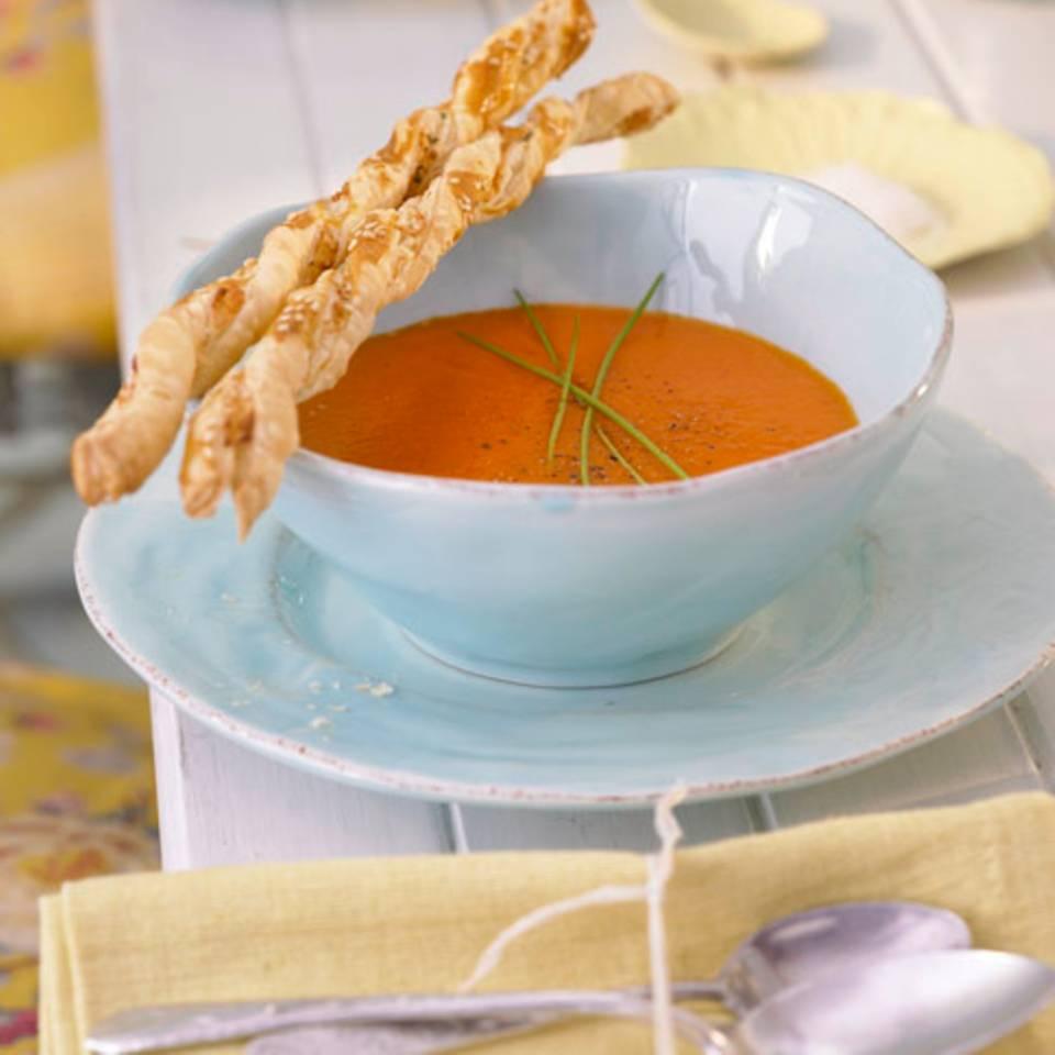 Kalte Paprikasuppe mit Blätterteigstangen Rezept