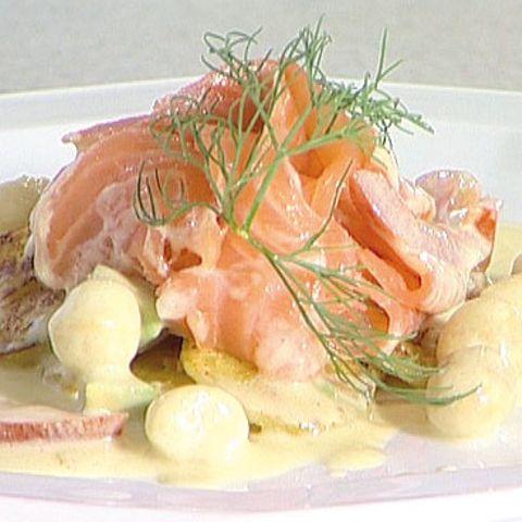 Lauwarmer Bratkartoffelsalat mit mariniertem Räucherlachs