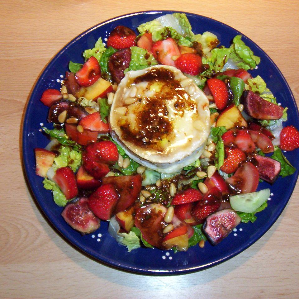 Salat mit Früchten und Ziegenkäse