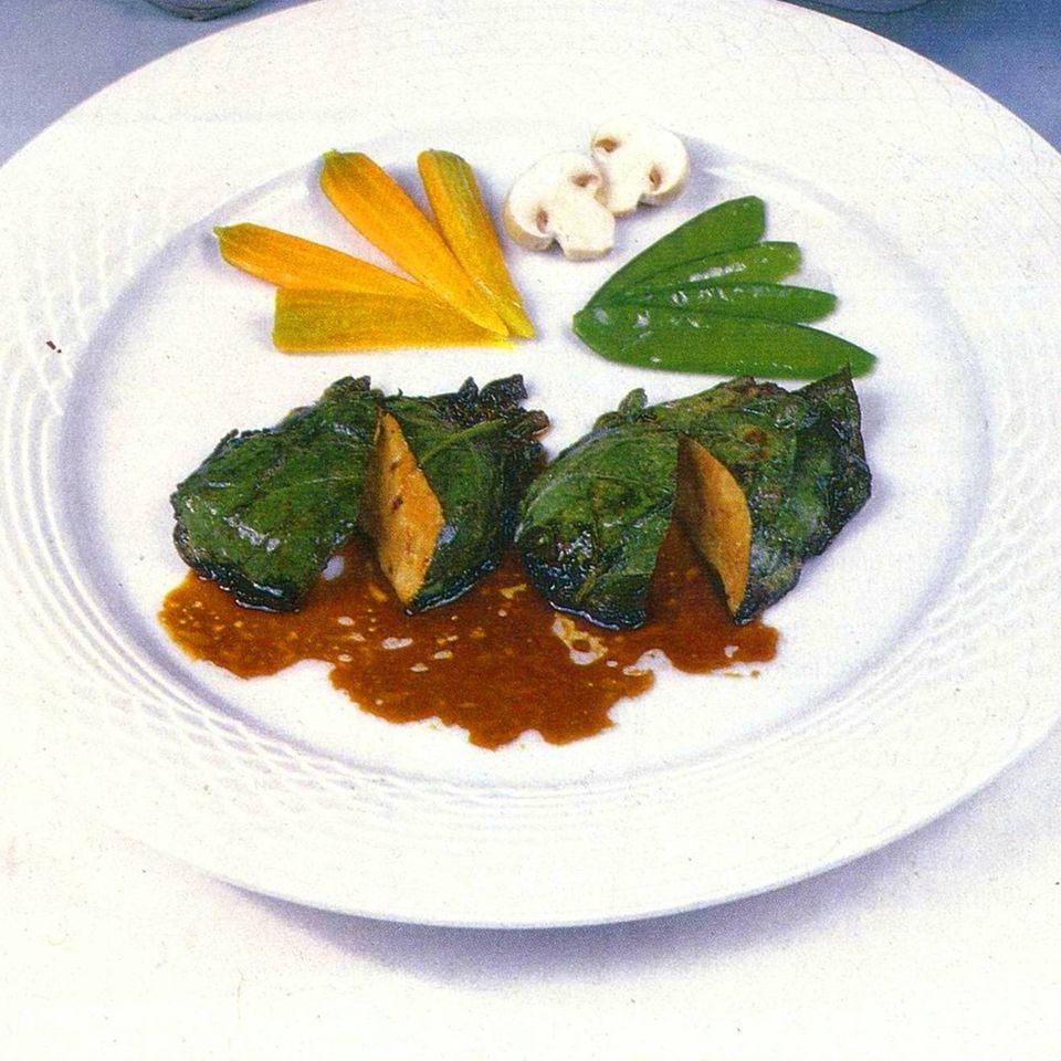 Gänseleber in Spinatblättern und Heidelbeer-Sauce mit pochiertem Wachtelei
