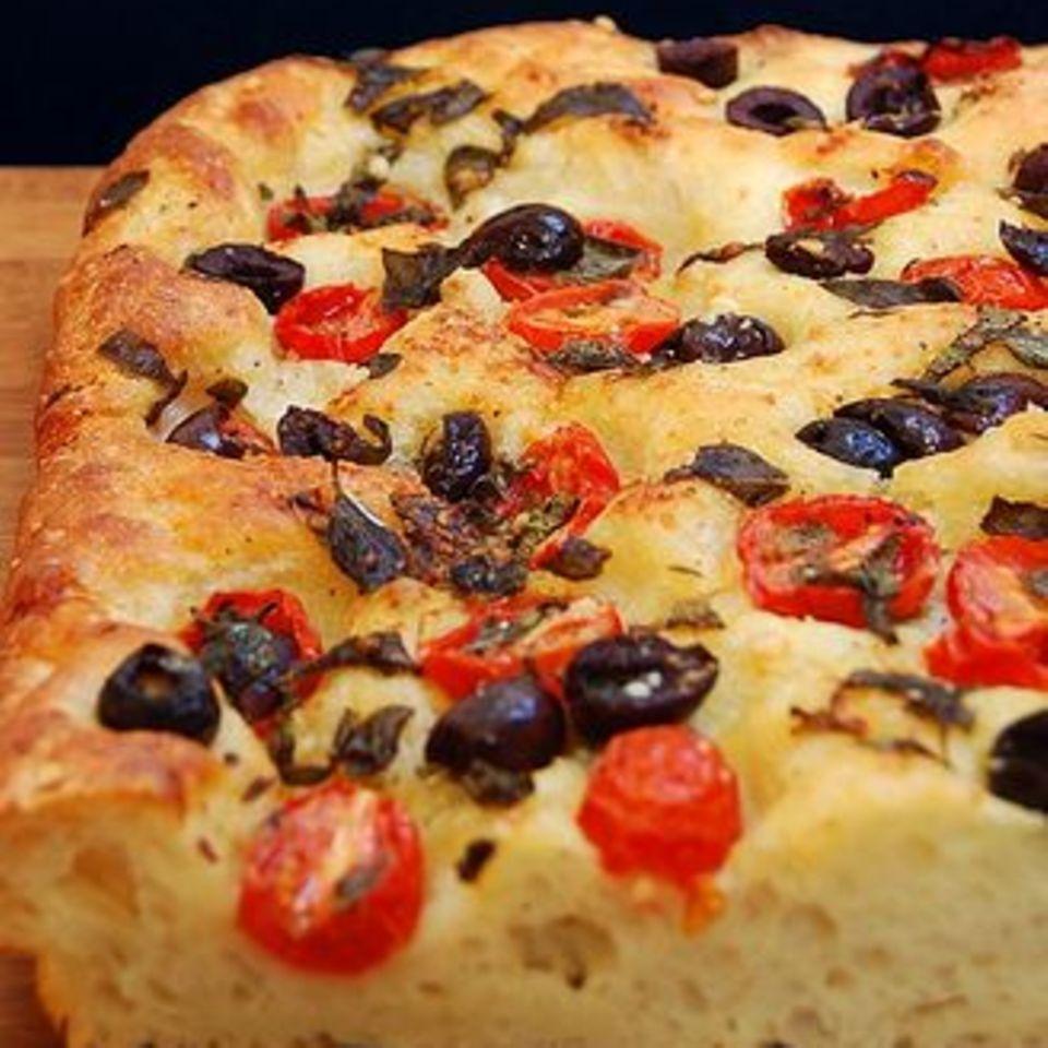 Focaccia mit Tomaten, Oliven und Kapern
